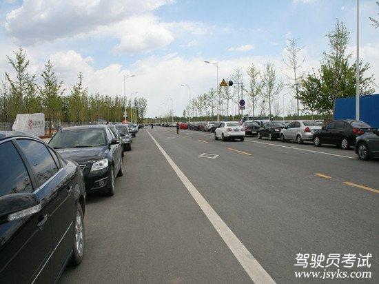 靠边停车操作方法 1、停车前,要通过内、外后视镜观察后方和右侧交通情况,开右转向灯。 2、适量踩下制动踏板。 3、向右转动方向盘(第一把轮向右靠边) 4、在车速降低至低于一档的时速时踩下离合器踏板,当右前轮靠近路沿时,再向左转方向(第二把轮,调正车辆并且调整车身与路沿的距离)。 5、向左回转方向(第三把轮,车正轮正)迅速停车。在车辆近停时,稍许抬起制动踏板减缓刹车惯性,平稳停车。 6、拉紧手刹车,挂空档,抬离合器抬刹车踏板,关闭转向灯。 7、方向盘的量三把轮比例为2:3:1。 8、停车后,车身不得超过道
