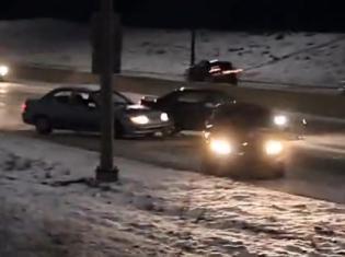 监控实拍一段结冰路面连续发生车祸