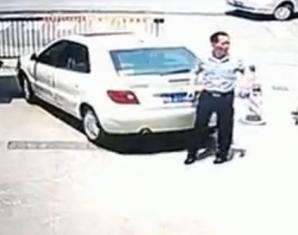 吓蒙了!妻子倒车撞死丈夫
