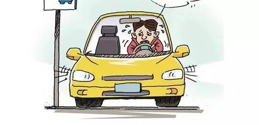 操作失误导致熄火 熄火的原因很多,主要是考生太紧张,学员在踩刹车后忘记踩离合器,双脚配合不好导致熄火。 熄火后启动发动机时未将挡位置于空挡、起步时未松手刹不用一挡、靠边行驶时距马路边缘超过30厘米等一些小细节也容易失分。